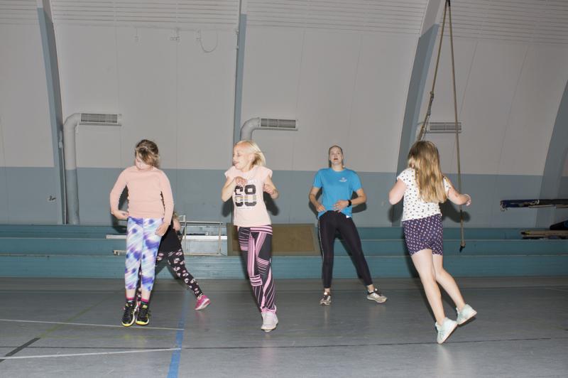 Anni Mäkinen kertoi nauttivansa työstään urheilukoulun ohjaajana.