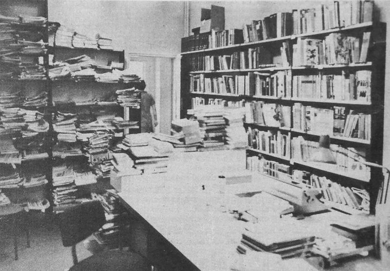Kirjaston varastossa on hankalaa työskennellä, sillä koko ajan saa pelätä, milloin tulee kirjapino niskaan.