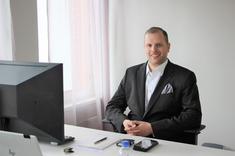 Aleksi Välikangas on perustamassa asianajotoimistoaan Yrittäjätalon tiloihin. Firman pääpiste on Helsingissä, mutta nykyään työskentely sujuu hyvin etänä.