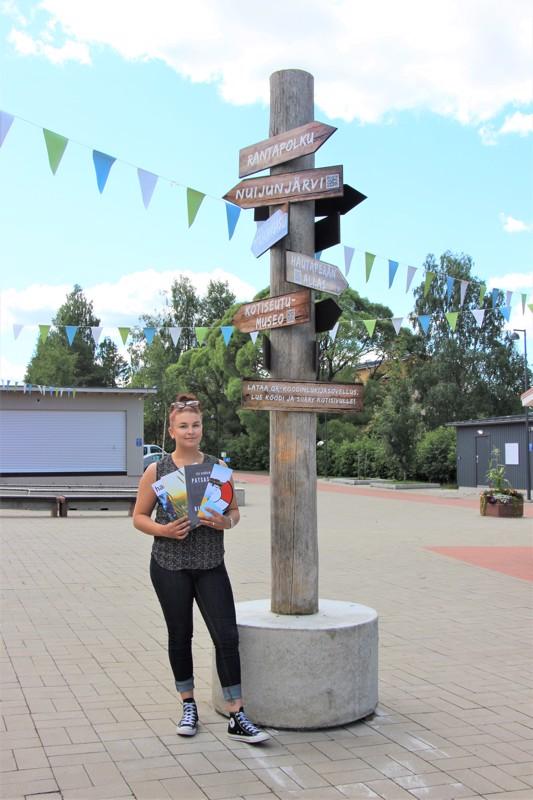 Haapajärven matkailun kivijalka -hankkeen projektipäällikkö Alina Pihlajaniemi on tyytyväinen hankkeen tähän astisiin saavutuksiin: torilla on upea opastekyltti ja matkailijoille löytyy monenmoisia esitteitä.