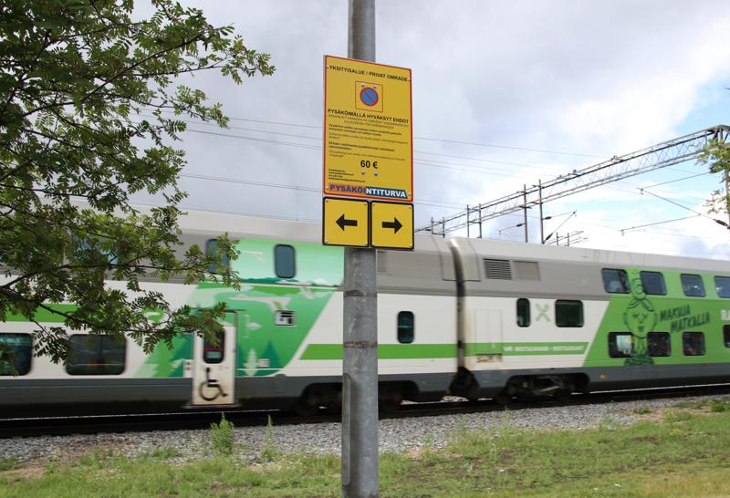 Rautatieaseman yksityisen pysäköintialueen kyltistä puuttuvat edelleen ohjeet, mihin pysäköinnin voi maksaa.
