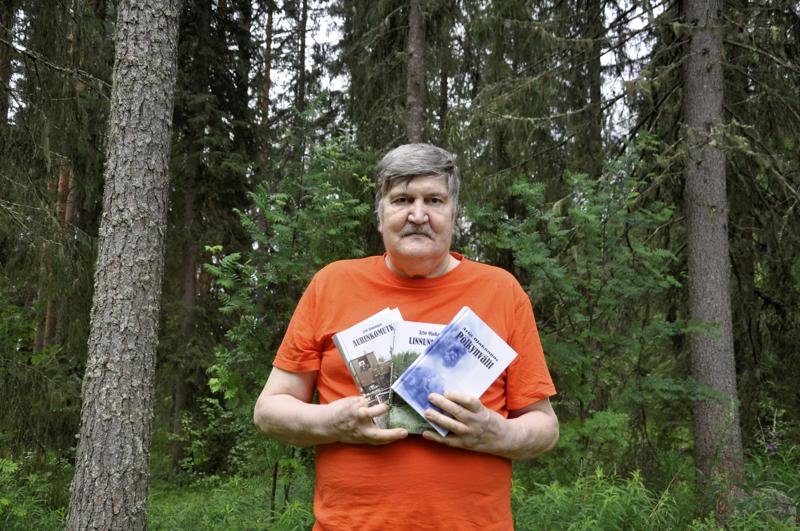 Pikkurata-romaanitrilogian kirjoittanut Arto Ojakangas on julkaissut uuden Haketta hiusrajassa -romaanin.