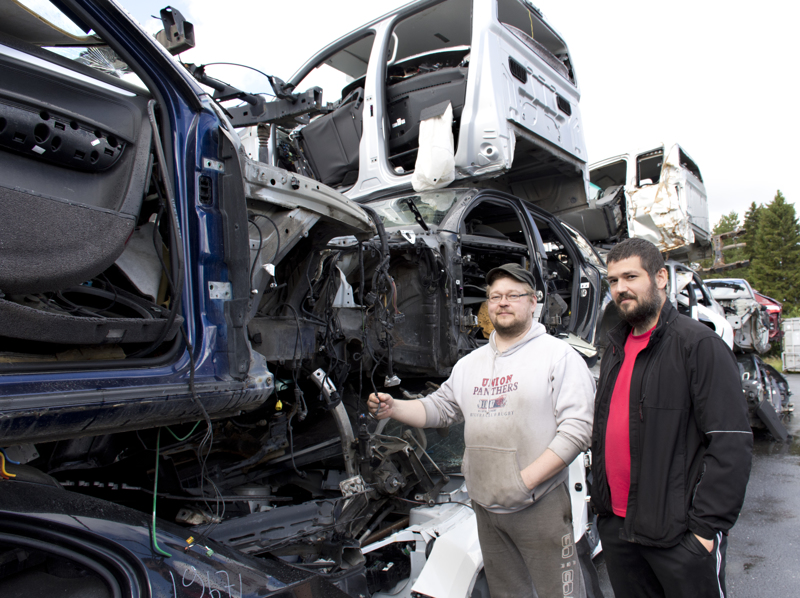 Toni ja Jani Heikkilä kertovat heidän purkavan vuosittain noin sata autoa.
