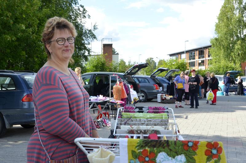 Maarit Lindqvist on ollut järjestämässä kirpputoria. Kyläläisten kiinnostuksesta johtuen se järjestetään joka keskiviikko koko kuun ajan.