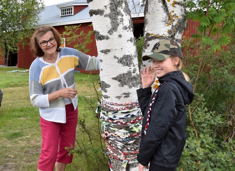 Milena Kangasvieri (oikealla) auttoi Marja Hylkilää viimeistelemään kävijöiden yhdessä tekemää ympäristötaideteosta.