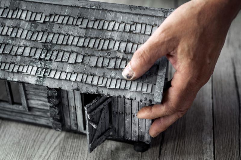 Pienessä savusaunassa on pärekatto. Idea tuli lapsuudesta, kuten niin moni muukin Antti Haaralan ideoista on tullut.
