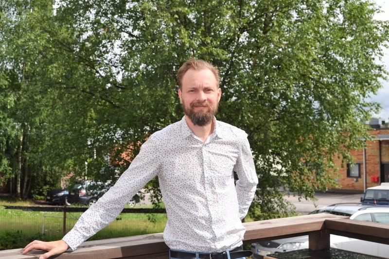 Runoilija Akseli Koskela piipahti kesäisellä Pyhäjärvellä.