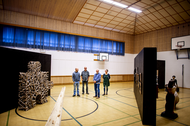 Kälviäläiset taiteilijat Riku Riippa, Jaakko Pernu, Esa Riippa ja Kaija Kontulainen pitävät yhteisnäyttelyn Kälviän kirkonkylän koululla. Vasemmalla Jaakko Pernun ja oikealla Riku Riipan veistoksia.