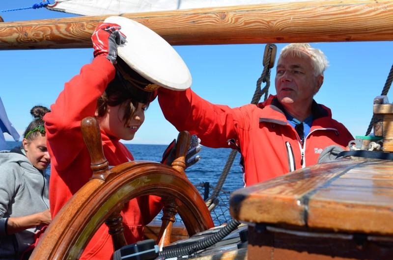 Helsinkiläinen 10-vuotias Torben Salo vastaanottaa Jorma Untiselta hetkeksi kapteenin viran, taustalla äiti Janina Salo.