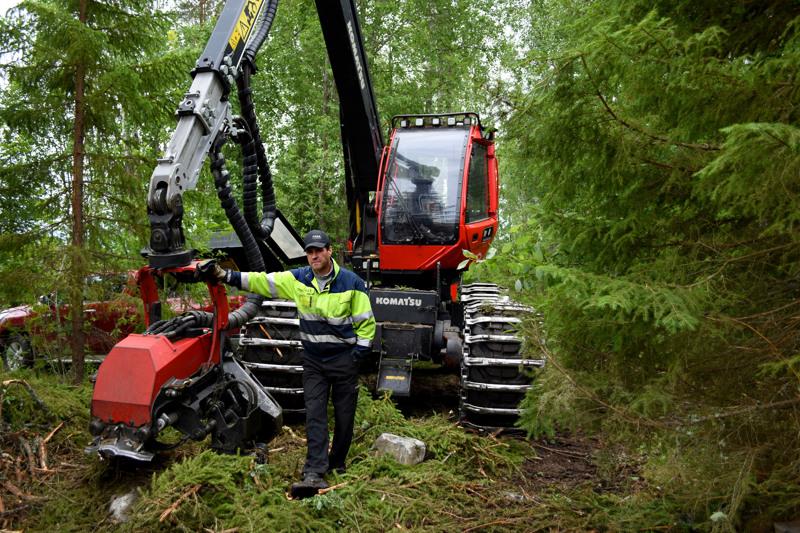 Metsäkoneenkuljettaja Jani Törmälehto toivottaa NordFuelin ja sen työllisyysvaikutuksen tervetulleeksi.