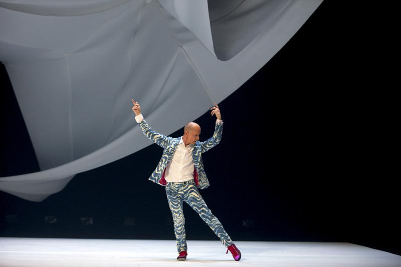 Alpo Aaltokoski tanssi Navigatio-teoksessa vuonna 2016. Se on hänen 30-vuotisjuhlateoksensa.