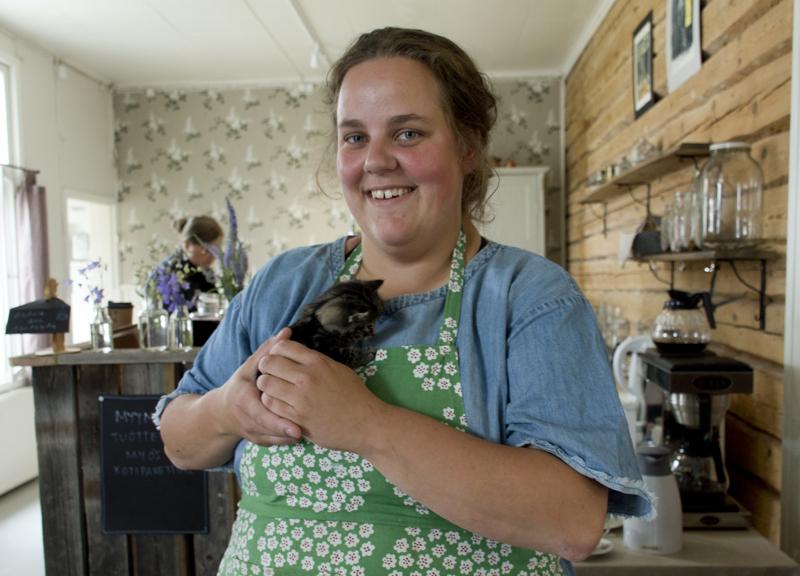 Suloiset kissanpennut ovat tänäkin kesänä asiakkaiden hellittävinä, kertoo Jenni Hilliaho.