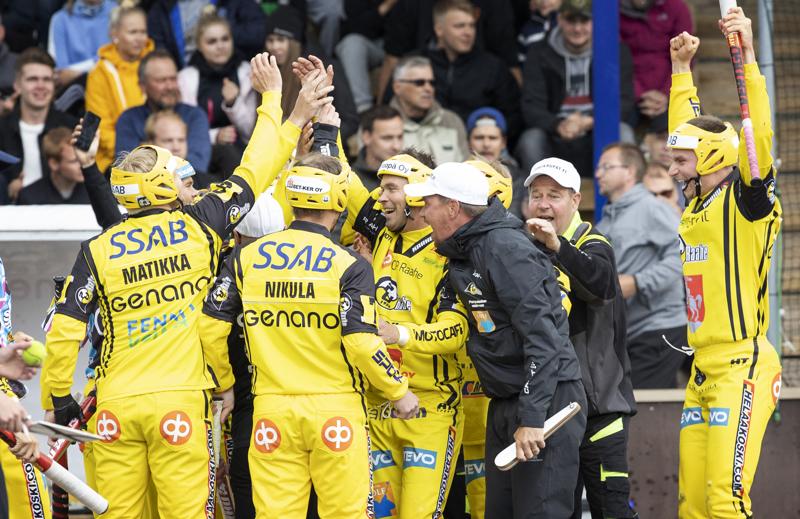 Pattijoen pelaajat piirittivät Sami Haapakosken juhlajuoksun jälkeen.