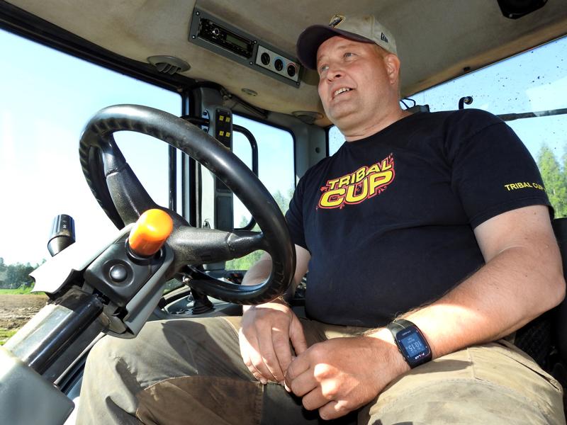 Markku Sahi viihtyy traktorin ohjaimissa. Varsinainen työ rekrytointiyrittäjänä ei isommin kummittele mielessä, kun ajaa peltosarkaa pitkin ja katsoo, kuinka karhi kulkee.