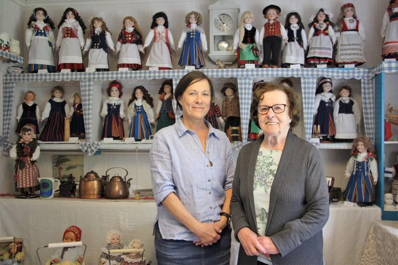 Liisa Ulander (oik.) on auttanut äitiään nukkejen keräämisessä. Takana olevat nuket kansallispuvuissa ovat Anni Takkulan itse tekemiä.