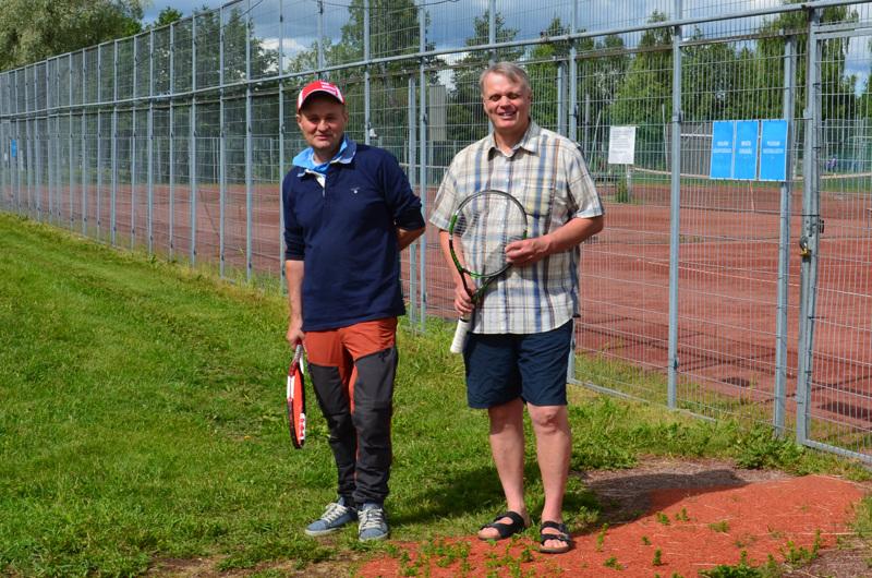 Ylivieskan tennisseuran puheenjohtaja Antti Helminen(vas.) ja sihteeri Heikki Vainiotalo sanovat, että nuorten ja naisten mukaan saaminen turvaa lajin jatkuvuuden.