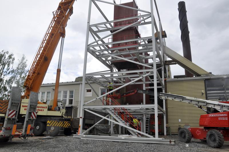 Uusi kattila. Syksyllä käyttöön otettava laitteisto nostettiin paikalleen Kannuksen Kaukolämmöllä torstaina. Kuvissa nostetaan kattilan tulipesää.