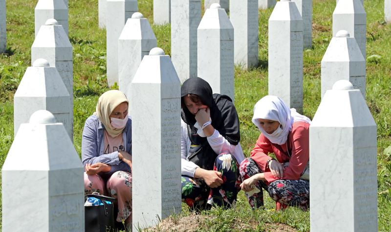 Bosnialaiset  musliminaiset kävivät muistamassa lauantaina lähimpiään Srebrenican kansanmurhan muistokeskuksessa Potocarissa. Lauantaina haudattiin yhdeksän vastikään tunnistettua kansanmurhan kaikkiaan noin 8000 uhrista.
