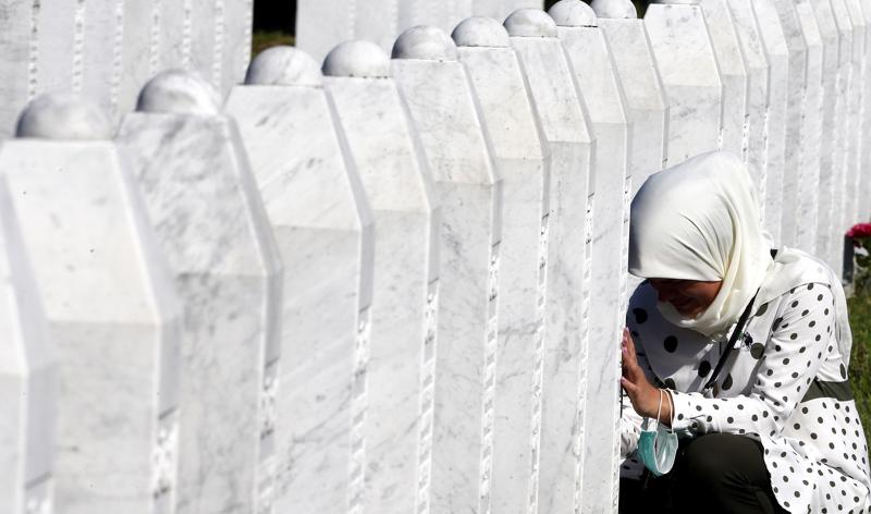YK:n alla toiminut entisen Jugoslavian kansainvälinen rikostuomioistuin (ICTY) on määritellyt Srebrenican tapahtumat kansanmurhaksi. Muistotilaisuuden hautajaisissa surtiin lauantaina Srebrenican hautausmaalla, Bosnia ja Hertsegovinassa.