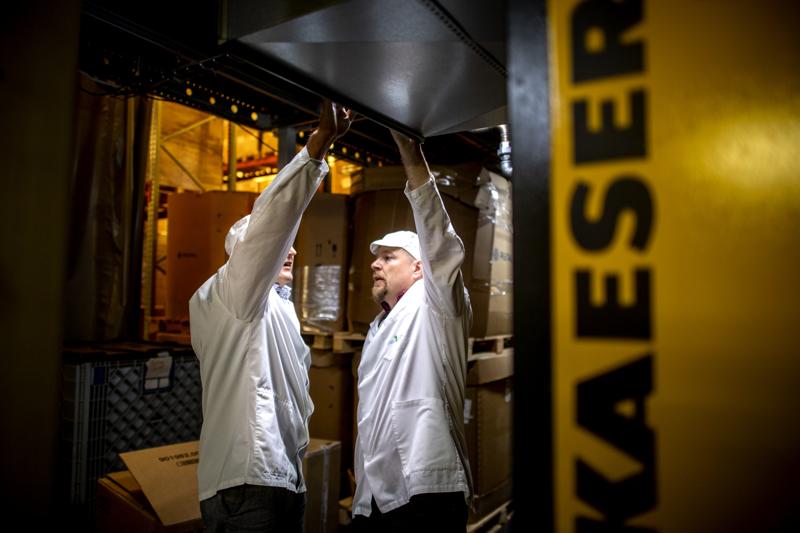Finnspringin Hannu Ali-Haapala ja Heliostoragen Timo Sivula tutkivat kompressorien hukkalämmön määrää juomatehtaalla.