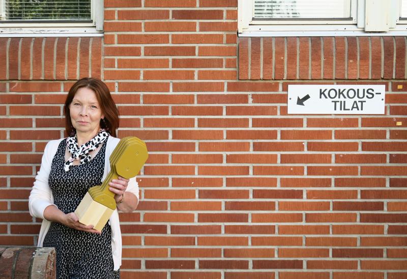 Aira Hakala palkittiin RadioGaalassa kultaisella mikillä, joka on elämäntyöpalkinto paikallisradion parissa tehdystä työstä. Hakalan ura alkoi Radio Lakeudesta, jonka studio sijaitsi kunnantalon alakerrassa.
