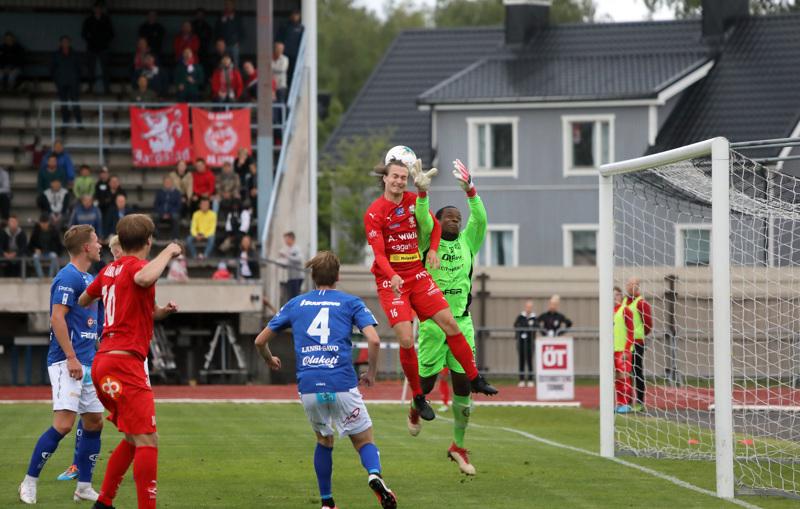 Jarolle kaksi maalia tehnyt Topi Järvinen yritti kolmatta osumaa puskemalla, mutta MP-vahti Sammy Ndjock ehti palloon ensin.