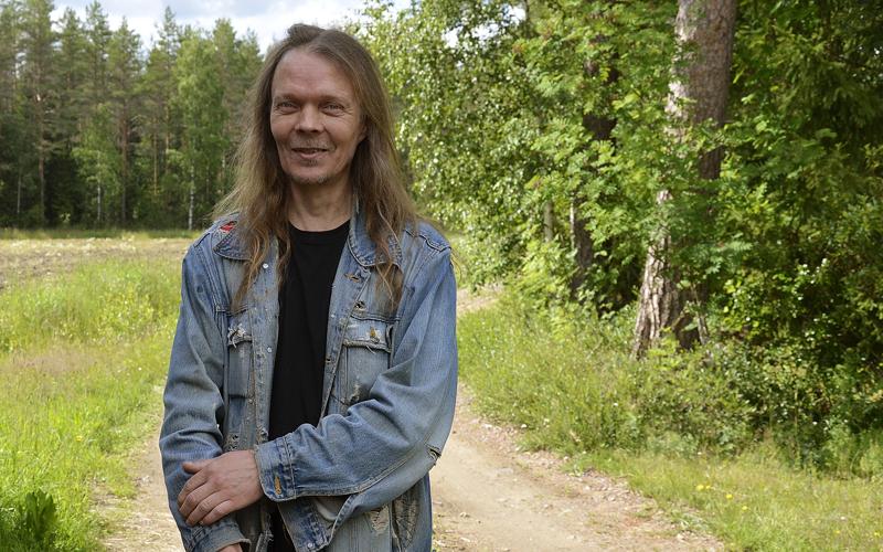 Pari kertaa vuodessa Sami Röyttä käy kotiseudulla Oulaisissa. Kesällä hän viihtyy hyvin entisen liikkeensä paikalla Pokelanmäellä ja vanhempien luona Kostepäässä.