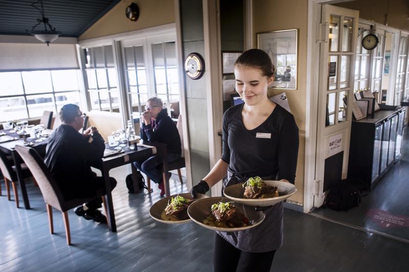 Miranda Hytönen tarjoilee lounasta Mustankarin asiakkaille. Lounas- ja terassikävijöitä on alkukesällä riittänyt.