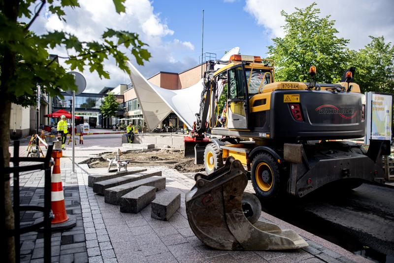 Kokkolan keskustassa sijaitseva Rantakatu katkaistiin autoliikenteeltä maanantaiaamuna. Syynä on graniittilaattojen asentaminen Purjeen ympäristöön. Sitten kaikki alkaa olla valmista.