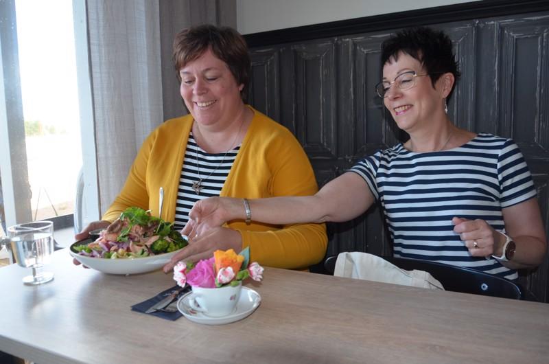 BeachRosessa kalajokinen Mari Paavola vastaanottamassa yrittäjä Minna Yrjänheikin tarjoileman salaattiannoksen. Paavola alkoi käydä Yrjänheikin Hiekkasärkkien rannan ravintolakahvilassa heti, kun se oli kesäkuussa mahdollista.