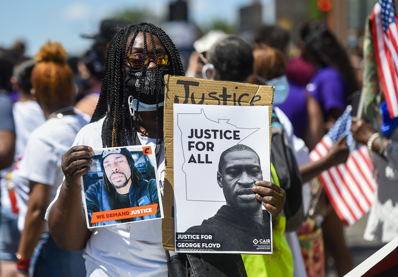 George Floyd menehtyi Minneapolisissa poliisin painettua tätä polvella kaulasta maahan pidätyksen yhteydessä. Tapaus laukaisi maailmanlaajuisia mielenosoituksia, joissa on vaadittu poliisiväkivallan loppumista ja kyseisen voimankäyttömenetelmän kieltämistä.