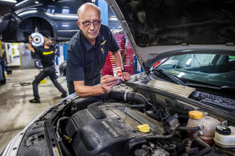 Kokkolan Mekonomenin korjaamopäällikön Jari Sysimetsän mukaan kaikkiin autoilihin ei saa vaihdettua polttimoa ilman kunnollisia työkaluja ja tarvittavaa osaamista.