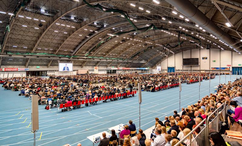 Jehovan todistajat järjestävät konventit ensimmäistä kertaa verkossa. Kuva Tampereella kesällä 2019 pidetystä konventista.