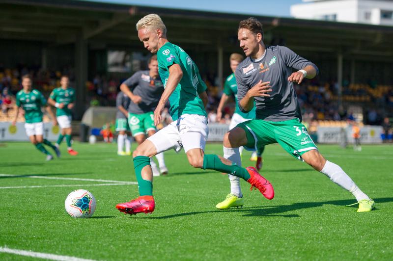 Kuva jalkapallon Ykkösen ottelusta KPV-EIF. Akseli Ollila järjestelemässä 1-0 maaliin johtanutta tilannetta.