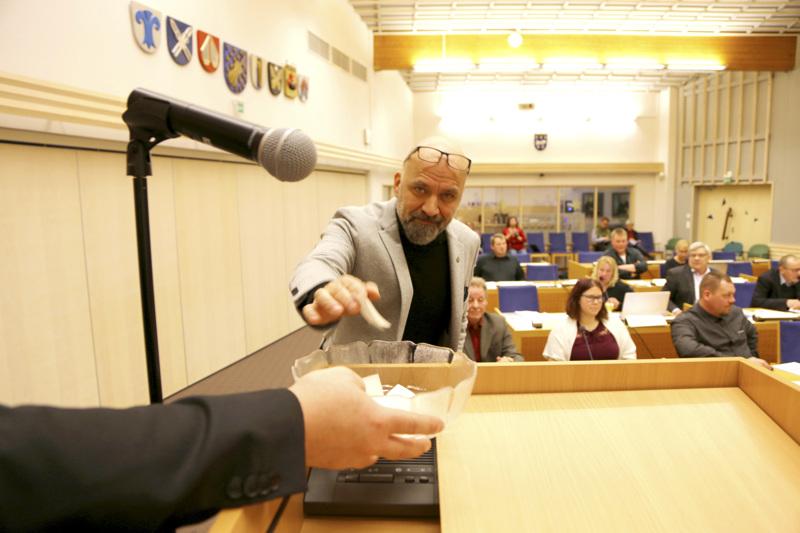 Mauri Peltokangas äänestää kuntavaltuustossa.