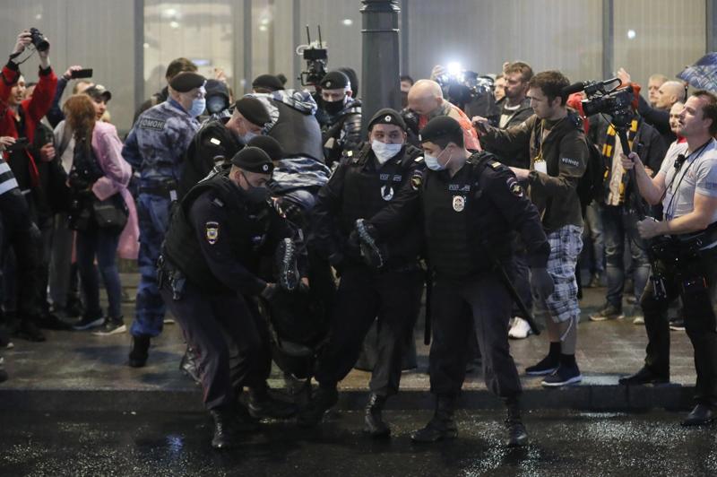 Venäjän poliisi pidätti mielenosoittajan Pushkinskaja-aukiolla Moskovassa. Mielenosoituksen syynä olivat Venäjän perustuslakiuudistukset, jotka mahdollistavat Putinille vielä kaksi lisäkautta presidenttinä.
