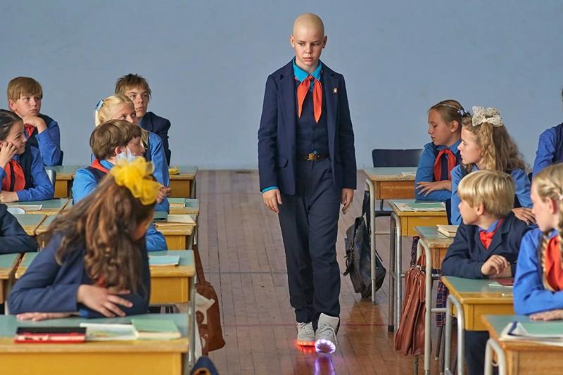 Neuvosto-Viron koululaiset ihmettelevät Johanneksen (Niklas Kouzmitchev) Suomen-tuliaisia.