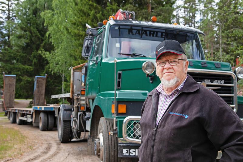 Reino Kaarlelalla on harrasteautona Sisun vanha, mutta toimiva puutavara-auto.