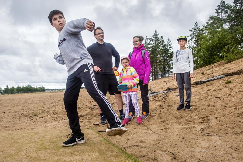 Saara ja Jani Isoniemi sekä lapset Luukas, Sofia ja Julius vaihtoivat ulkomaanmatkansa puolen viikon aktiivilomaan Kalajoella. Tiistaina ohjelmassa oli muun muassa frisbeegolfia.