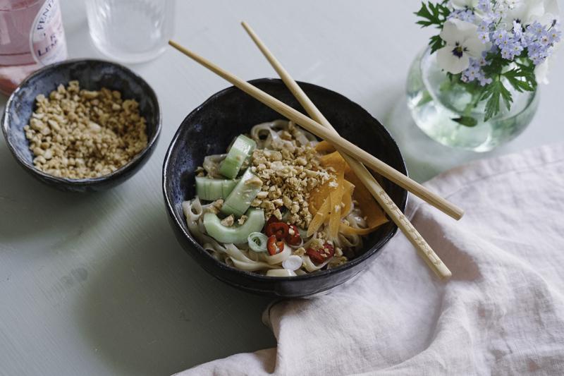 Raikkaan nuudelikulhon juju on misotahnalla maustettu kastike ja rouskuva määpähkinämuru.