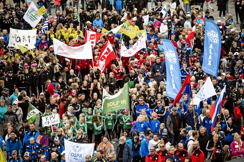 Tätä väriloistoa ei tällä kertaa Kokkolan kentillä ja kaduilla nähdä. Suomen toiseksi suurimmaksi juniorijalkapalloturnaukseksi kasvanut Kokkola Cup joutui pitämään välivuoden koronaviruspandemian vuoksi.