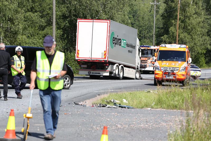 Torstaiaamupäivällä rekka ja kaksi henkilöautoa kolaroivat Tampereentiellä Parkanossa. Kuva onnettomuuspaikalta.