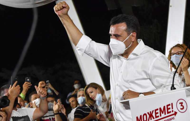 Pohjois-Makedonian sosiaalidemokraattien johtaja Zoran Zaev juhlii vaalivoittoa Skopjessa. Zaev on vahvasti pyrkinyt viemään maataan Euroopan unioniin.