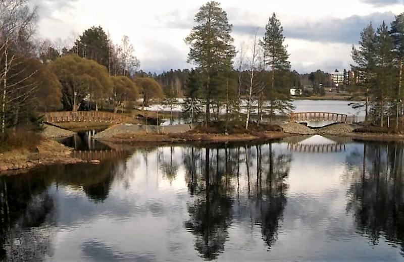 Kaksi siltaa yhdistää Kajaanjoen varren uudistettuun puistoon Limppu- ja Karttu-nimiset pikkusaaret.