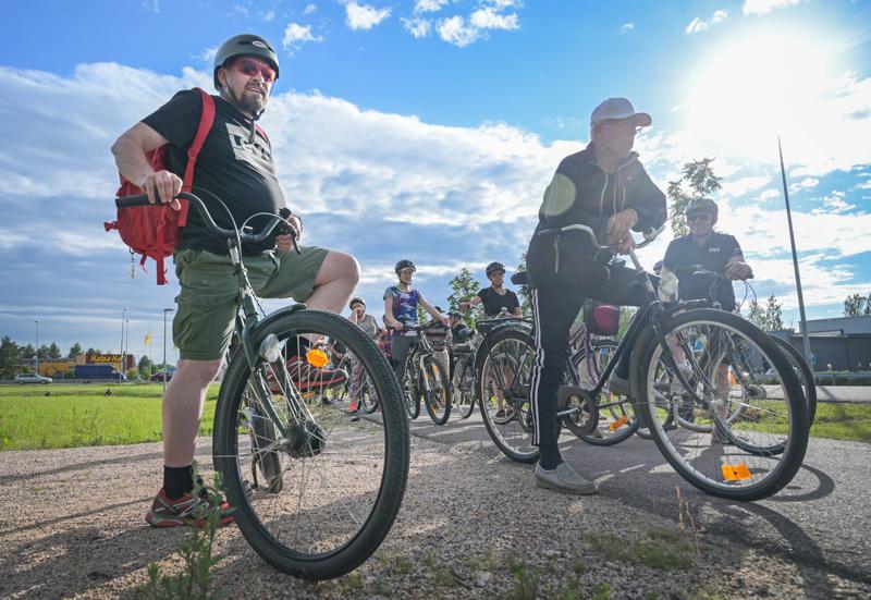 Pyöräily eteni päätoimittaja Risto Puolimatkan johdolla.