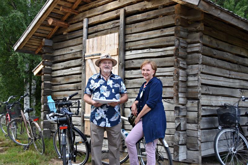 Yhteislauluillan esilaulattaja Kari Tuovila ja pianonsoittaja Marja Kääriäinen olivat tyytyväisiä osanottajien määrään. Piha oli täynnä polkupyöriä.