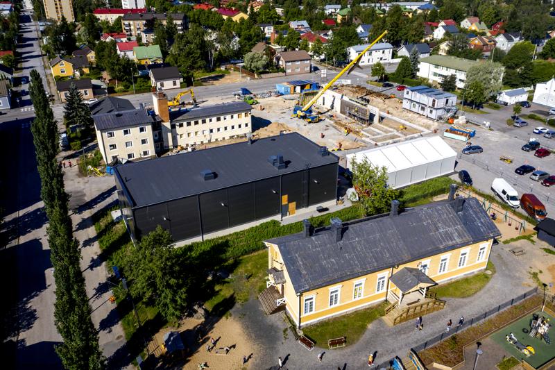 """Kokkolan uuden paloaseman varastohalli ja keltainen päiväkoti muodostavat """"kontrastisen"""" parin."""