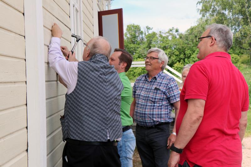 Kilpeä olivat naulaamassa paikoilleen Pekka Kivelä, Tero Varila, Hannu Virkkala ja Teemu Vesala.