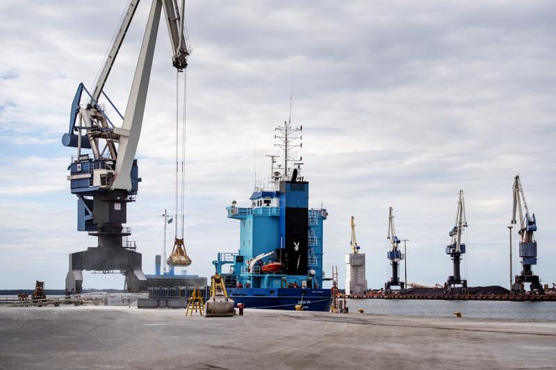 Kokkolan satamalla menee lujaa, vaikka koronavirus on iskenyt rajusti maailmantalouteen.