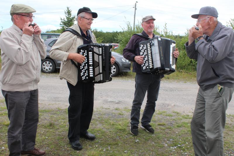 Kekolahdella soitettiin ja laulettiin koko kesän ja koronakaranteenin edestä. Orkesterina toimi neljän miehen kvartetti; Mikael Kyönsaari (huuliharppu), Asko Turunen ja Arto Saarenpää (haitarit) sekä Niilo Alajoki (huuliharppu).